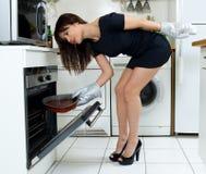Cozimento engraçado da mulher fotografia de stock