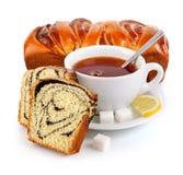 Cozimento extravagante doce com copo de chá imagens de stock