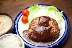 Cozimento home japonês um bife de Hamburgo Imagens de Stock Royalty Free