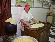 Cozimento marroquino da mulher fotografia de stock