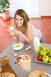 Cozimento - a mulher feliz prepara ingredientes saudáveis imagem de stock royalty free