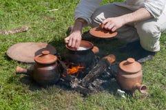 Cozimento no fogo. Estilo de vida medieval Imagens de Stock Royalty Free