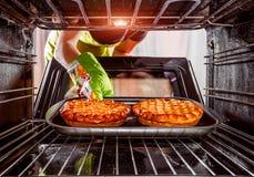 Cozimento no forno em casa imagem de stock royalty free