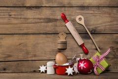 Cozimento no tempo do Natal Fundo de madeira com utensílio da cozinha imagens de stock royalty free