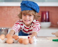 Cozimento novo do menino na cozinha fotos de stock royalty free