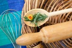 Cozimento - pino do rolo e colher de madeira foto de stock royalty free