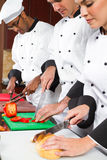 Cozimento profissional dos cozinheiros chefe Imagens de Stock