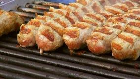 Cozimento quente dos rolos de carne do alimento delicioso das salsichas grelhado vídeos de arquivo