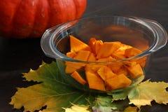 Cozimento sazonal, farinha na bacia Derrame a farinha Preparações para o cozimento, outono Fatias da abóbora na bacia nas folhas fotos de stock