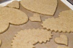 Cozimento Sugar Heart Shaped Cookies para o dia de Valentim fotografia de stock