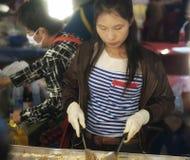 Cozimento tailandês da mulher Imagem de Stock