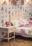 Coziness wygody wnętrze, dziewczyny sypialni pojęcie z łóżkiem z wezgłowie stołem i, w domu fotografia royalty free