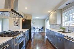 Cozinha à moda actualizado com dispositivos de aço inoxidável fotos de stock royalty free