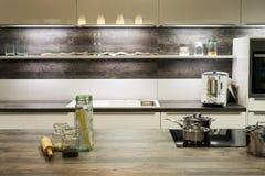 Cozinha ótica de madeira moderna fotografia de stock royalty free