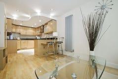 Cozinha aberta da planta do revestimento de madeira agradável foto de stock royalty free