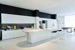 Cozinha aberta moderna imagens de stock