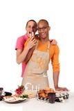 Cozinha alegre dos pares da afiliação étnica misturada Fotos de Stock Royalty Free