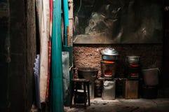 Cozinha asiática local rústica velha com o fogão do carvão vegetal do vintage fotos de stock