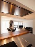 Cozinha bonita e vida no apartamento luxuoso fotografia de stock