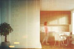 A cozinha branca, bancadas cinzentas fronteia, menina Fotos de Stock Royalty Free