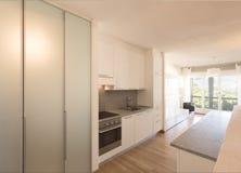 Cozinha branca com parquet e a janela grande imagens de stock royalty free