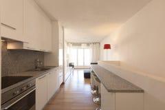 Cozinha branca com parquet e a janela grande imagem de stock royalty free