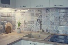 Cozinha branca com telha dos retalhos foto de stock