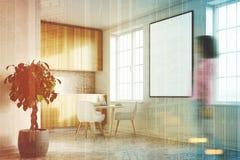 Cozinha branca com um cartaz, bancadas de madeira, menina Fotografia de Stock Royalty Free