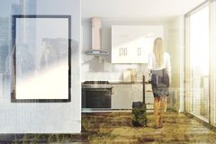 Cozinha branca, contadores cinzentos, cartaz tonificado Foto de Stock