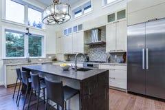 Cozinha branca contemporânea com os dispositivos de cozinha da parte alta fotografia de stock royalty free