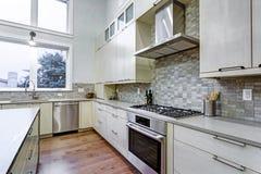 Cozinha branca contemporânea com os dispositivos de cozinha da parte alta fotos de stock royalty free