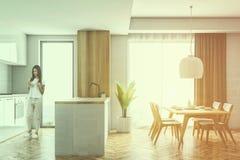 Cozinha branca e de madeira da vista lateral, tabela, mulher Fotografia de Stock Royalty Free