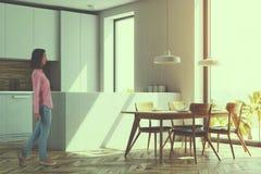 Cozinha branca e de madeira, tabela, vista lateral tonificada foto de stock royalty free