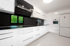 Cozinha branca moderna bonita Foto de Stock Royalty Free