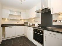 Cozinha branca moderna luxuosa Fotos de Stock Royalty Free