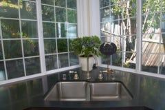 Cozinha branca recentemente remodelada Fotografia de Stock Royalty Free