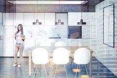 Cozinha branca, tabela de madeira, cartaz, mulher Imagens de Stock Royalty Free