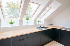 Cozinha brilhante com teto inclinado imagem de stock