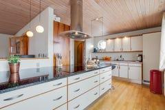 Cozinha cabida nova Fotografia de Stock Royalty Free