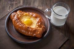 Cozinha caucasiano Khachapuri com o ovo e o queijo, leite fotos de stock