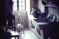 COZINHA CENTENÁRIO OU GALERA DO VINTAGE EM UM MUSEU EM PONTEVEDRA, ESPANHA EM 1965 imagens de stock