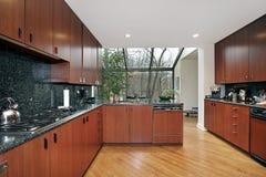 Cozinha com área fechada vidro comer imagem de stock royalty free