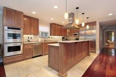 Cozinha com cabinetry da madeira de carvalho Fotografia de Stock Royalty Free