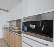 Cozinha com construído na máquina do café Imagens de Stock