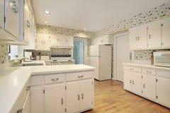 Cozinha com contadores brancos Fotos de Stock Royalty Free