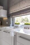 Cozinha com ideia das cortinas de rolo foto de stock royalty free