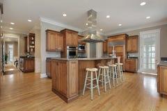 Cozinha com a ilha center da madeira e do granito Fotos de Stock Royalty Free