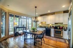 Cozinha com janelas da vista Fotos de Stock