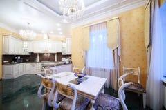 Cozinha com mobília luxuosa no estilo clássico, assoalho de mármore Fotografia de Stock Royalty Free