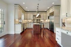 Cozinha com o assoalho da madeira da cereja fotos de stock royalty free